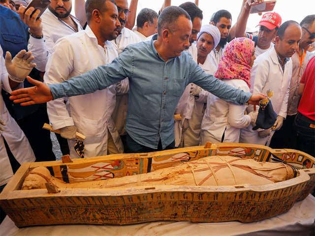 Momias perfectamente conservadas en ataúdes de 3000 años son descubiertos en Egipto